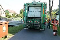 I z Dlouhé Stráně vyvážejí od středy 21. května kontejnery na bioodpad Petr Mádr a Vitalij Strogar z bruntálských technických služeb.