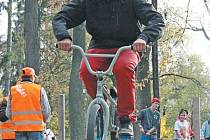Bruntálská Osmistovka představila skok do výšky na kole.