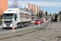 Neprůjezdné ulice, komplikovaná doprava a průjezd Bruntálem. Takové potíže nyní provázejí chodce i motoristy kvůli opravě průtahu městem.