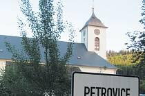 Petrovice na Krnovsku se musí vypořádat s faktem, že jejich nejvýznamnější rodák Josef Pfitzner byl nejen vzdělaný vědec a uznávaný historik, ale také nacistický zločinec. Byl veřejně popraven před sedmdesáti lety, 6. září 1945.