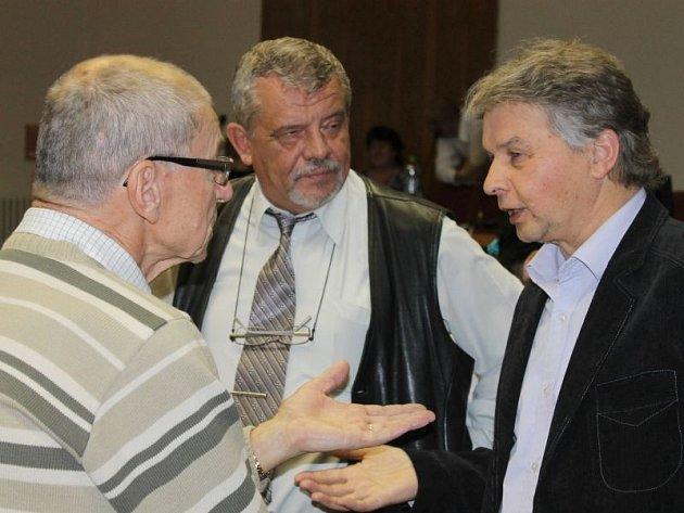 Zastupitelé Bruntálu František Struška (ČSSD), radní a místostarosta Václav Mores (TOP 09) a zastupitel Miloslav Petrů (TOP 09) při debatě o jednacím řádu.