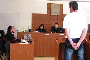 Státní zástupce Marek Stach se obžalovaného Břetislava Z. z Krnovska u soudu zeptal na podrobnosti pohlavního zneužití, kterého se měl podle žaloby dopustit.