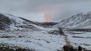 Lávu, která vytéká z probuzené sopky, přenáší kamery z Islandu do celého světa. Reality show plnou erupcí sledují online miliony fanoušků. Na vlastní oči tu krásu vidělo jen pár tisíc lidí.