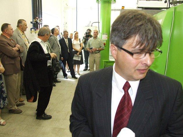 Generální ředitel Václav Frgal u moderního stroje v nově otevřeném školícím středisku v Budišově nad Budišovkou.