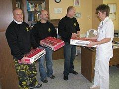 Tři nové DVD přehrávače předali motorkáři primářce dětského oddělení krnovské nemocnice Marii Žaloudíkové.