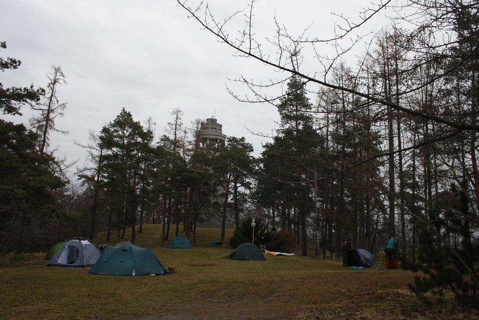 Otužilí fanoušci zimního táboření se do Úvalna na Stražiště sjíždí už 17 let.
