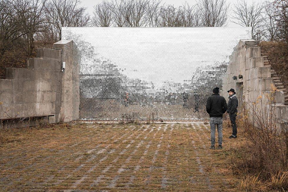 Čelní stěna krematoria pro domácí mazlíčky, nazvaného Věčná loviště je složena z tisíců malých  zrcátek. Před objektem stojí spolumajitelé Michal Šeba a Martin Chum.
