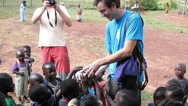 Děti ze Středoafrické republiky dostaly od školáků z Břidličné mimo brýlí darem i kopací míč, na který se jako na osobní dárek všichni složili.