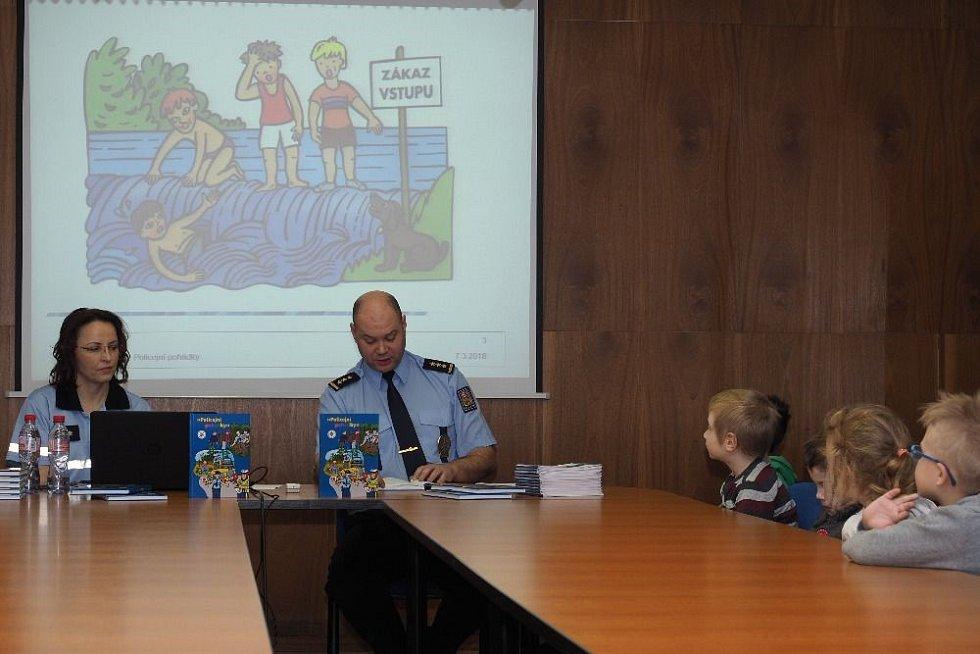 Čtení Policejních pohádek.