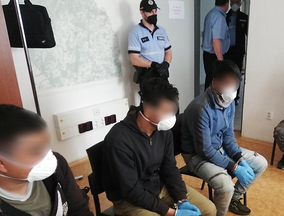 Pět mužů a chlapců z Afghánistánu ve věku 15 až 27 let vyskákalo tento týden z nákladových prostor kamionu, který přijel do areálu firmy v Bruntálu.