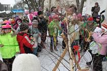 Důležité povinnosti, zdobení velikonočního stromu, se ve středu v Andělské Hoře chopili andělskohorští a světlohorští předškoláci.