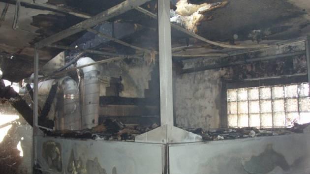 Pět jednotek hasičů zasahovalo ve čtvrtek dopoledne v Horním Městě u požáru haly s výrobou dřevěných pelet a suků.