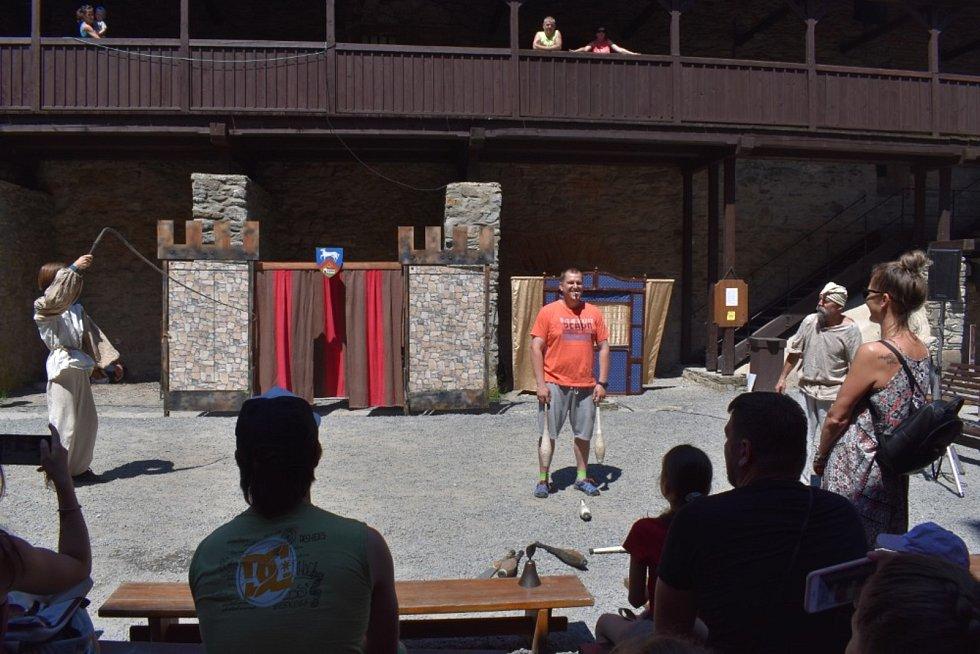 Hrad Sovinec už zase každý víkend nabízí pestrý rodinný program plný šermířských soubojů, divadelních i pimprlových pohádek a kejklířů.