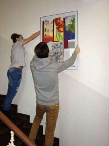 Gymnazisté připravili v knihovně výstavu, která kombinuje výtvarná díla a literární texty.