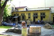 Milovníci filmových zážitků pod hvězdami se každé léto těšili na promítání v zahradě krnovského kina Mír 70. Letos letní kino v Krnově nebude. Přednost dostala rekonstrukce kamenného kina.