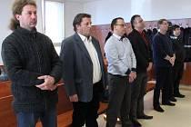 Demolice Brány borců na krnovském stadionu přivedla na lavici obžalovaných zástupce stavebních firem, které se zúčastnily poptávkového řízení. A také jednoho úředníka z investičního oddělení, který mohl vědět o jejich zákulisních dohodách.