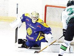 Zase jedenáct. Tolik branek dostali krnovští hokejisté ve dvou utkáních po sobě. Na snímku brankář Filip Kolbert, který po polovině zápasu vystřídal mezi tyčemi Antonína Mužíka.