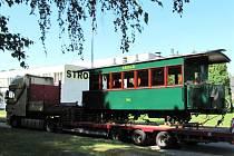 Z Krnova do Salcburku v úterý vyrazil vagon císaře Franze Josefa I. Díky umu krnovských opravářů dnes po rekonstrukci vypadá stejně, jako když byl před 120 lety vyroben, jen petrolejové lampy nahradilo elektrické osvětlení.