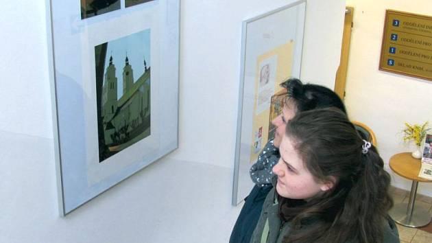 Návštěvníci krnovské knihovny si prohlíží snímky místního fotografa Jiřího Sebery.