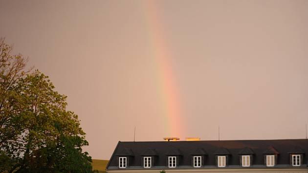 Konec uplynulého týdne na Krnovsko přinesl bouřky, krupobití i slunečnou pohodu a duhu. Ilustrační foto.