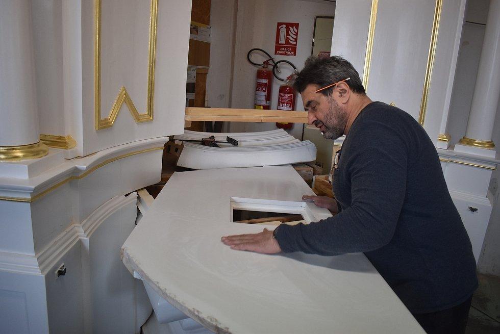 Lovecký zámeček v Miloticích postavili Lichtenštejnové. Před sto lety rodina Ludvíka Marxe přestavěla zámeček na  světoznámou fabriku. Rodina Františka Tomčaly zde vybudovala školu s internátem a restaurátorské dílny.