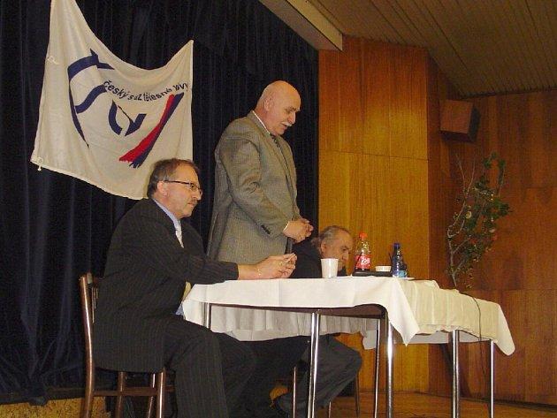 """""""Rád jsem přijel,"""" řekl na valné hromadě předseda ČMFS Pavel Mokrý (stojící uprostřed)."""