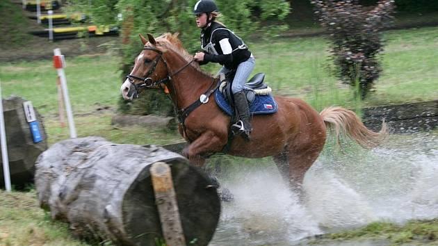 MLADÁ JEZDKYNĚ Z AMÍRU Viktorie Theimerová na trati terénní zkoušky. Na domácí půdě se jí tentokrát příliš nedařilo.