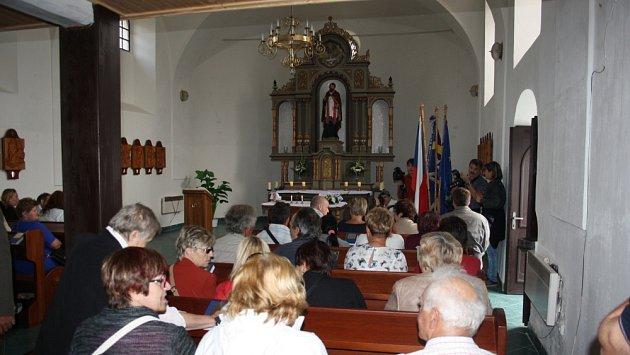 Patronem obecního kostela v Hlince je svatý Valentýn, ochránce zamilovaných.