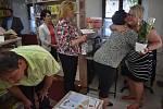 Znovuotevření knihovny v Holčovicích provázela slavnost a výstava zajímavostí z knihovního fondu.