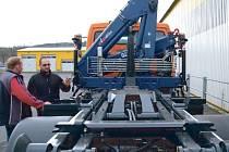 Nový nákladní vůz s nosičem kontejnerů a hydraulickým jeřábem mají ve Městě Albrechticích.