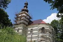 Věž kostela svaté Anny na Annabergu ukrývala dvě stě padesát let staré mince, i francouzskou módu.