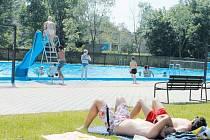 Bruntálské koupaliště v městském parku. Místo, kde stojí za to poležet na sluníčku, a pak vyhřáté tělo ochladit v bazénu.