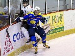 Krnovští hokejisté ztratili zápas, když dvakrát inkasovali ve své pětiminutové přesilovce. Na snímku střelec třetí branky Krnova Jan Kostovský v souboji.