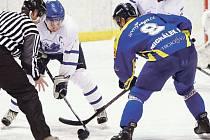 Kapitán Pavel Michálek (na snímku vpravo) dotáhl krnovské hokejisty až k bronzové pozici v krajské lize.