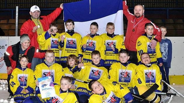 Malé naděje krnovského hokeje. Hokejisté druhých tříd na turnaji ve Vyškově, který se uskutečnil uplynulou sezonu.