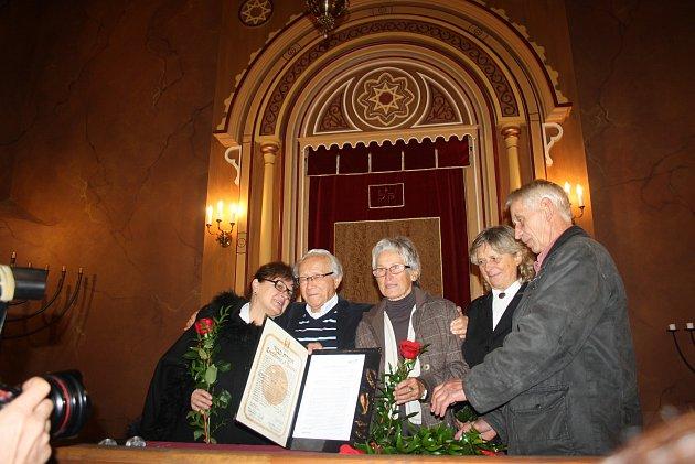 DOJEMNÉ SETKÁNÍ v krnovské synagoze. Profesor Alexander Fried (druhý zleva) s potomky manželů Belánikových, kteří ho ukrývali v roce 1944. Titul Spravedlivý mezi národy převzali za své rodiče Marie Přádková, Olga Zapletalová, Antonie Vojtková a Eduard Bel