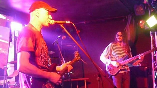 Krnovská skupina Naoko zahrála v domácím klubu Kofola. Jako host v sobotu vystoupili Sunset Blvd.
