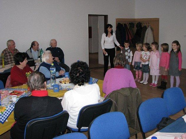 U příležitosti setkání důchodců a vedení Starého Města připravily děti z místní mateřské školy zábavný program.