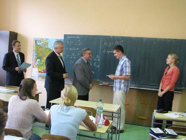 Petr Makový a Pavla Cabáková převzali včera Cenu Dr. Sigmunda Langschaura. Studenti krnovského gymnázia si toto ocenění zasloužili i díky účasti na projektu Studentský vědecký parlament, ve kterém získali možnost odjet na studentskou konferenci do Cách.