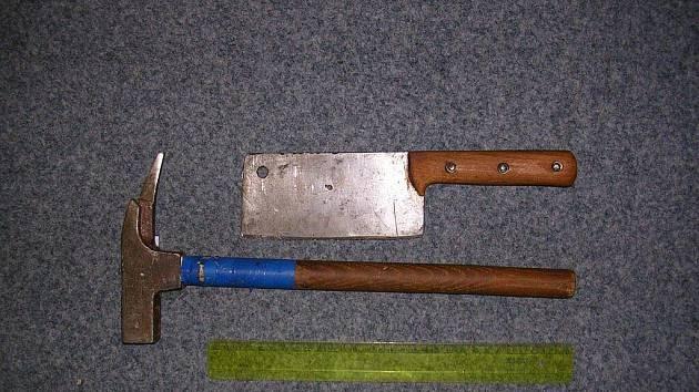 Těmito nástroji se vloupali do holobytů v bruntálské západní zóně dva hledači pokladů snědé pleti. Namísto aby dveře klasickým způsobem vypáčili, vrstvu po vrstvě z nich odstraňovali jednotlivé kusy dřeva.