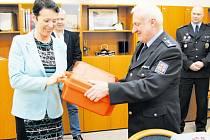 Policie ČR si na krnovské radnici převzala z rukou starostky dar, který může zachraňovat životy.