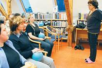 Účastníci přednášky Člověče, hýbej se správně aneb Jak si pohybem neublížit si pod odborným vedením fyzioterapeutky a cvičitelky Jaroslavy Valerové vyzkoušeli, jak mají správně sedět nebo stát.