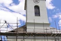 Kostel svatého Rocha v Petrovicích u Janova má za sebou první etapu rekonstrukce, která přišla na 5,5 milionu korun. Příští rok bude z prostředků německých rodáků, kteří mezi sebou uspořádali sbírku, zrenovován také interiér kostela.