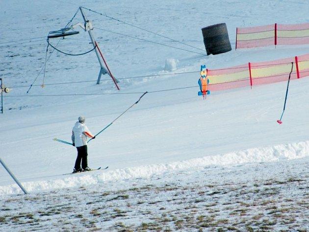 Technický sníh dokáže zázraky. Snímek ze Suché Rudné ukazuje rozdíl mezi přírodní sněhovou pokrývkou a uměle zasněžovanou sjezdovkou.