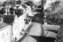 Stanislav Novák zachytil Nádražní ulici v Bruntále v roce 1966. Vpravo je ještě vidět budova někdejšího okresního, dnes městského úřadu.