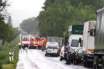 Za hustého deště v pondělí před desátou hodinou dopoledne došlo na silnici mezi Krnovem a Krásnými Loučkami k vážné dopravní nehodě.