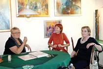 Alena Kojdlová z Brna (vlevo) v rozhovoru se stálou návštěvnicí karlovické galerie Ivetou Sagitariusovou a bruntálskou pedagožkou a fotografkou Danuší Vanotovou (vpravo).