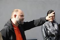 Radek Zajíc se svou manželkou vybudovali v Krnově největší internetový sekáč jako sociální projekt. Zaměstnávají především handicapované.