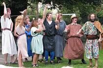 Divadelní společnost Petry Severinové se představila na krnovské scéně s velkomoravskou pověstí Sestry. Hru sehráli ve Flemmichově vile v Krnově.