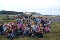 Klub Zvídálek se vydal na exkurzi na krnovské letiště. Děti poznaly jaké zázemí v Krnově mají letci i letečtí modeláři.